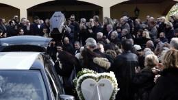 Συγγενείς φίλοι και δημοσιογράφοι παρίστανται στην κηδεία του δημοσιογράφου Βασίλη Μπεσκένη στο Ιερό Ναό Κοιμήσεως της Θεοτόκου στη Γλυφάδα, Τετάρτη 20 Δεκεμβρίου 2017. ΑΠΕ-ΜΠΕ, ΑΛΕΞΑΝΔΡΟΣ ΒΛΑΧΟΣ