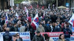 Διαδηλωτές συμμετέχουν στην συγκέντρωση στην Ομόνοια και την πορεία στην Αμερικάνικη Πρεσβεία που διοργάνωσε το ΠΑΜΕ , Πέμπτη 14 Δεκεμβρίου 2017. Εικοσιτετράωρη γενική απεργία έχουν κηρύξει για σήμερα Πέμπτη, η ΓΣΕΕ και ΑΔΕΔΥ στον ιδιωτικό και στο δημόσιο τομέα όλης της χώρας. ΑΠΕ-ΜΠΕ/Παντελής Σαίτας