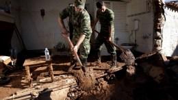 ΦΩΤΟΓΡΑΦΙΑ ΑΡΧΕΙΟΥ. Στρατιώτες συμμετέχουν στην επιχείρηση καθαρισμού δρόμων και σπιτιών από τις λάσπες στο κέντρο της Μάνδρας. ΑΠΕ-ΜΠΕ/ΣΥΜΕΛΑ ΠΑΝΤΖΑΡΤΖΗ