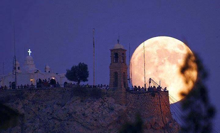 Το φεγγάρι στον Λυκαβηττό. Φωτογραφία (via Twitter)