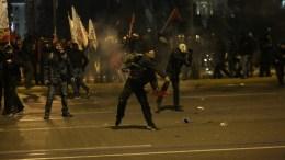 Κουκουλοφόροι πέτούν πέτρες και βόμβες μολότοφ κατά των αστυνομικών, στο συλλαλητήριο διαμαρτυρίας που πραγματοποιήθηκε, μπροστά από την Βουλή, από το ΠΑΜΕ και άλλες οργανώσεις κατά της ψήφισης του πολυνομοσχεδίου, τη Δευτέρα 15 Ιανουαρίου 2018. ΑΠΕ ΜΠΕ/ΑΠΕ ΜΠΕ/ΟΡΕΣΤΗΣ ΠΑΝΑΓΙΩΤΟΥ