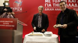 Στο πλαίσιο των εργασιών της ΚΕ του ΣΥΡΙΖΑ, ο γραμματέας της ΚΕ Παναγιώτης Ρήγας έκοψε και την βασιλόπιτα στη συνεδρίαση της ΚΕ του κόμματος παρουσία του πρωθυπουργού Αλέξη Τσίπρα, σε εκδήλωση που έγινε σε κεντρικό ξενοδοχείο της Αθήνας, Σάββατο 20 Ιανουαρίου 2018. ΑΠΕ-ΜΠΕ/ΑΠΕ-ΜΠΕ/ΑΛΕΞΑΝΔΡΟΣ ΒΛΑΧΟΣ