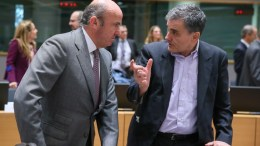Spanish Minister of Economy Luis de Guindos (L) and Greek Finance Minister Euclid Tsakalotos at the start of a Eurogroup meeting at the EU Council in Brussels, Belgium, 22 January 2017. EPA, STEPHANIE LECOCQ