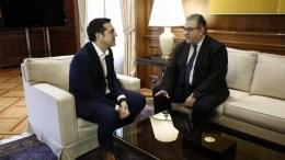 Ο πρωθυπουργός Αλέξης Τσίπρας (Α) συνομιλεί με τον γενικό γραμματέα του ΚΚΕ Δημήτρη Κουτσούμπα (Δ), κατά τη διάρκεια της συνάντησής τους για να τον ενημερώσει για το περιεχόμενο των συναντήσεών του στο Νταβός, Αθήνα Σάββατο 27 Ιανουαρίου 2018. ΑΠΕ-ΜΠΕ/ΑΠΕ-ΜΠΕ/ΓΙΑΝΝΗΣ ΚΟΛΕΣΙΔΗ