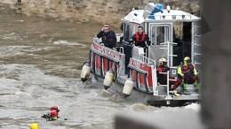 Δύτες ερευνουν για την αστυνομικό που χάθηκε στα νερά του Σηκουάνα EPA/YOAN VALAT