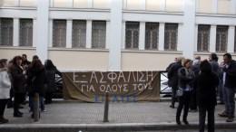 Συμβασιούχοι εργαζόμενοι στην καθαριότητα στο υπουργείο Πολιτισμού είναι συγκεντρωμένοι έξω από το υπουργείο, στην παράσταση διαμαρτυρίας του Πανελληνίου Σωματείου Εκτάκτου Προσωπικού του ΥΠΠΟ, Τρίτη 2 Ιανουαρίου 2018. ΑΠΕ - ΜΠΕ/Αλέξανδρος Μπελτές