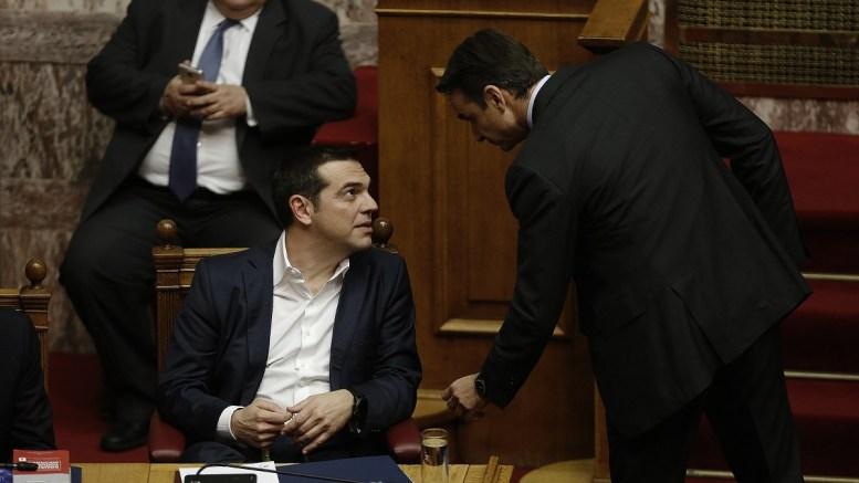 Ο πρωθυπουργός Αλέξης Τσίπρας συνομιλεί με τον πρόεδρο της ΝΔ Κυριάκο Μητσοτάκη στη συζήτηση και ψηφοφορία επί της προτάσεως της κυβερνητικής πλειοψηφίας για τη συγκρότηση επιτροπής προκαταρκτικής εξέτασης για την υπόθεση NOVARTIS, στην Ολομέλεια της Βουλής, Τετάρτη 21 Φεβρουαρίου 2018. ΑΠΕ-ΜΠΕ, ΑΛΕΞΑΝΔΡΟΣ ΒΛΑΧΟΣ