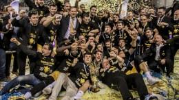 Οι παίκτeς της ΑΕΚ, πανηγυρίζουν την κατάκτηση του κυπέλλου ΑΠΕ ΜΠΕ, STR