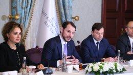 Ο Τούρκος υπουργός Ενέργειας Μπεράτ Αλμπαϊράκ (δεύτερος από αριστερά) σε ομιλία του. FILE PHOTO, via Twitter @BeratAlbayrak