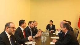 Ο Τούρκος υπουργός Ενέργειας Μπεράτ Αλμπαϊράκ (τρίτος από αριστερά). FILE PHOTO via Twitter.