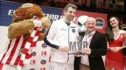 Ο CEO της ΕΛΠΕ κ. Γρηγόρης Στεργιούλης βραβεύει τον MVP του αγώνα Παλαιμάχων – Νέων, Θοδωρή Παπαλουκά.