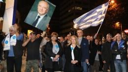 Πλήθος κόσμου συγκεντρώθηκε έξω από το κεντρικό επιτελείο του Νίκου Αναστασιάδη μετά την ανακοίνωση των αποτελεσμάτων από τις κάλπες. Φωτογραφία ΚΑΤΙΑ ΧΡΙΣΤΟΔΟΥΛΟΥ