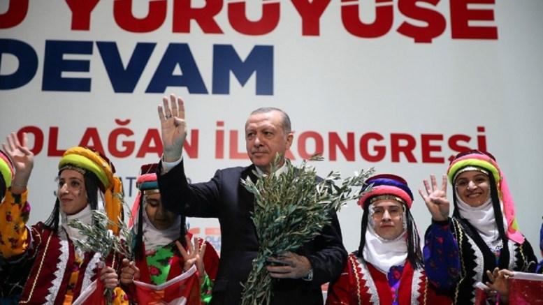 Ο Ταγίπ Ερντογάν με οπαδούς του που φορούν παραδοσιακές στολές. Φωτογραφία Τουρκική Προεδρία