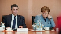 German Minister of Foreign Affairs Sigmar Gabriel (L) of the Social Democratic Party (SPD) and German Chancellor Angela Merkel (R) attend the beginning of the weekly meeting of the German Federal cabinet at the Chancellery in Berlin, Germany, 21 February 2018. EPA, HAYOUNG JEON