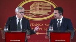 O Ζαν-Κλοντ Γιούνκερ και ο Πρωθυπουργός των Σκοπίων Ζόραν Ζάεφ στη συνέντευξη μετα τη συνάντηση τους. EPA,GEORGI LICOVSKI