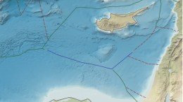 O χάρτης δείχνει με πράσινη γραμμή τα υπολογισμένα βάσει της μέσης γραμμής εξωτερικά όρια της Κυπριακής ΑΟΖ ακόμη και εκεί που δεν έχει οριοθετηθεί.