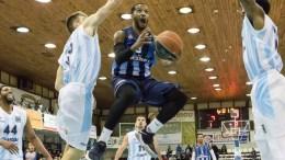 Ο παίκτης του Κόροιβου Τράβις Κον  οδηγεί την μπάλα στο αντίπαλο καλάθι ενώ πιέζεται από τον παίκτη του Κολοσσού - ΑΠΕ-ΜΠΕ,ΔΑΜΙΑΝΙΔΗΣ ΛΕΥΤΕΡΗΣ