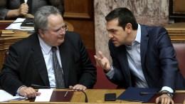 Φωτογραφία Αρχείου Ο πρωθυπουργός Αλέξης Τσίπρας  συνομιλεί με τον υπουργό Εξωτερικών Νίκο Κοτζιά  στη Βουλή ΑΠΕ-ΜΠΕ, ΣΥΜΕΛΑ ΠΑΝΤΖΑΡΤΖΗ