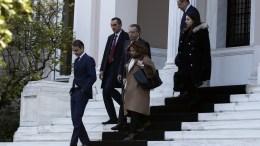 Ο πρόεδρος της ΝΔ Κυριάκος Μητσοτάκης (Α), αποχωρεί από το Μέγαρο Μαξίμου μετά την συνάντηση που είχε με τον πρωθυπουργό Αλέξη Τσίπρα (δεν εικονίζεται), για να τον ενημερώσει για το περιεχόμενο των συναντήσεών του στο Νταβός, Αθήνα Σάββατο 27 Ιανουαρίου 2018. ΑΠΕ-ΜΠΕ,ΓΙΑΝΝΗΣ ΚΟΛΕΣΙΔΗ