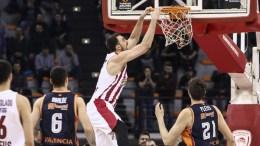 Ο παίκτης του Ολυμπιακού, Nikola Milutinov (Κ), που έχει την κατοχή της μπάλας βάζει καλάθι κατά τη διάρκεια του αγώνα μπάσκετ Ολυμπιακός - Βαλένθια, για τη 23η αγωνιστική της EuroLeague, που διεξήχθη στο Στάδιο Ειρήνης και Φιλίας, Νέο Φάληρο, Πέμπτη 22 Φεβρουαρίου 2018. ΑΠΕ-ΜΠΕ, ΓΕΩΡΓΙΑ ΠΑΝΑΓΟΠΟΥΛΟΥ