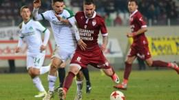 Ο παίκτης της Λάρισας, Ράντομιρ Μιλοσάβλιεβιτς (Κ), διεκδικεί την κατοχή της μπάλας από παίκτη του Παναθηναϊκού, κατά τη διάρκεια του αγώνα ποδοσφαίρου ΑΕΛ - Παναθηναϊκός για την 22η αγωνιστική του πρωταθλήματος Super League, που διεξήχθη στο γήπεδο AEL FC Arena, Λάρισα, Καθαρά Δευτέρα 19 Φεβρουαρίου 2018. Ο αγώνας έληξε με σκορ 0-1. ΑΠΕ-ΜΠΕ,  ΑΠΟΣΤΟΛΗΣ ΝΤΟΜΑΛΗΣ