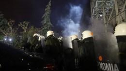 Αστυνομικοί κάνουν χρήση δακρυγόνων σε οπαδούς του ΠΑΟΚ που έξω από το γήπεδο της Τούμπας που είχαν αποκλείσει την κεντρική θύρα και αποδοκίμαζαν τον Ολυμπιακό. Οι συγκεντρωμένοι οπαδοί απομακρύνθηκαν σε απόσταση από το γήπεδο. Ο αγώνας ΠΑΟΚ Ολυμπιακός διακόπηκε ύστερα από τον τραυματισμό του προπονητή του Ολυμπιακού Οσκαρ Γκαρθία με ρολό χαρτιού που δέχτηκε στο κεφάλι, Κυριακή 25 Φεβρουαρίου 2018. ΑΠΕ ΜΠΕ,PIXEL,ΜΠΑΡΜΠΑΡΟΥΣΗΣ ΣΩΤΗΡΗΣ