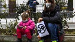 Τα χημικά της καθημερινής ζωής που περιέχουν ουσίες παράγωγες του πετρελαίου, ανταγωνίζονται πλέον τις εξατμίσεις των οχημάτων. File Photo. EPA, GEORGI LICOVSKI