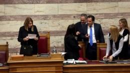 Η αντιπρόεδρος της Βουλής Τασία Χριστοδουλοπούλου με τον Άδωνι Γεωργιάδη στην ολομέλεια της Βουλής μετά την διαβίβαση από την Εισαγγελία του Αρείου Πάγου της δικογραφίας για την υπόθεση της φαρμακοβιομηχανίας Novartis, Τρίτη 6 Φεβρουαρίου 2018. ΑΠΕ-ΜΠΕ, ΟΡΕΣΤΗΣ ΠΑΝΑΓΙΩΤΟΥ