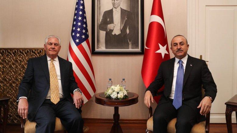 Οι υπουργοί Εξωτερικών ΗΠΑ και Τουρκίας, Τίλερσον και Τσαβούσογλου, αντίστοιχα, κατά την σημερινή τους συνάντηση στην Άγκυρα. Φωτογραφί via Twitter @Mevlut Cavusoglou