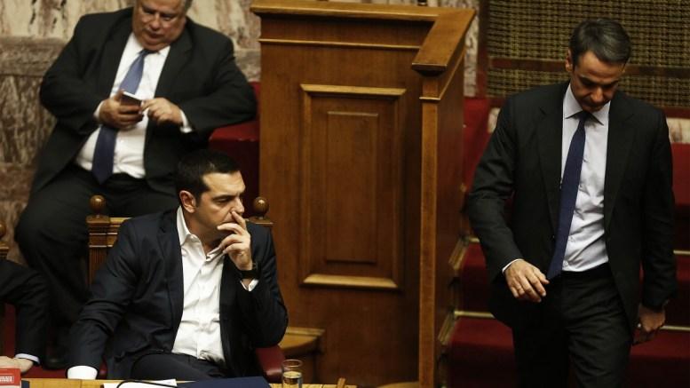Ο πρωθυπουργός Αλέξης Τσίπρας κοιτά τον πρόεδρο της ΝΔ Κυριάκο Μητσοτάκη στη συζήτηση και ψηφοφορία επί της προτάσεως της κυβερνητικής πλειοψηφίας για τη συγκρότηση επιτροπής προκαταρκτικής εξέτασης για την υπόθεση NOVARTIS, στην Ολομέλεια της Βουλής, Τετάρτη 21 Φεβρουαρίου 2018. ΑΠΕ-ΜΠΕ/, ΛΕΞΑΝΔΡΟΣ ΒΛΑΧΟΣ