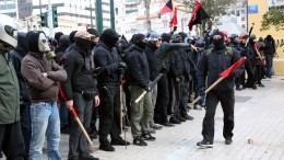 Συλλογικότητες του αντιεξουσιαστικού χώρου και της αριστεράς κρατούν σημαίες και φωνάζουν συνθήματα κατά τη διάρκεια συγκέντρωσης στο κέντρο της Αθήνας, Κυριακή 4 Φεβρουαρίου 2018. ΑΠΕ-ΜΠΕ/ ΟΡΕΣΤΗΣ ΠΑΝΑΓΙΩΤΟΥ