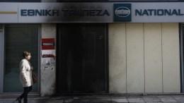 Μια γυναίκα περνάει μπροστά από την κατεστραμμένη πρόσοψη υποκαταστήματος της Εθνικής Τράπεζας, έπειτα από τοποθέτηση αυτοσχέδιου εμπρηστικού μηχανισμού, αποτελούμενου από γκαζάκια, στην οδό Πειραιώς, στο ύψος του Μοσχάτου, Αθήνα Τρίτη 27 Φεβρουαρίου 2018. ΑΠΕ-ΜΠΕ, ΓΙΑΝΝΗΣ ΚΟΛΕΣΙΔΗΣ