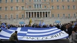 """Πολίτες από όλη την Ελλάδα προσέρχονται με πανό και ελληνικές σημαίες στο συλλαλητήριο για την ονομασία των Σκοπίων, προκειμένου να μην υπάρχει ο όρος """"Μακεδονία"""" στην ονομασία της γειτονικής χώρας, στην πλατεία Συντάγματος, Αθήνα, Κυριακή 4 Φεβρουαρίου 2018. ΑΠΕ-ΜΠΕ/ ΑΠΕ-ΜΠΕ/ ΑΛΕΞΑΝΔΡΟΣ ΜΠΕΛΤΕΣ"""