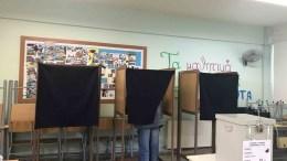 Πολίτης ψηφίζει στη Λάρνακα, 4 Φεβρουαρίου 2018. ΚΥΠΕ-Φ. ΖΑΝΕΤΤΟΥ