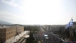 """Χιλιάδες πολίτες από όλη την Ελλάδα συμμετείχαν στο συλλαλητήριο για την ονομασία των Σκοπίων, προκειμένου να μην υπάρχει ο όρος """"Μακεδονία"""" στην ονομασία της γειτονικής χώρας, στην πλατεία Συντάγματος, Αθήνα, Κυριακή 4 Φεβρουαρίου 2018. ΑΠΕ-ΜΠΕ,  ΑΛΕΞΑΝΔΡΟΣ ΜΠΕΛΤΕΣ"""