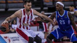Ο παίκτης του Ολυμπιακού, Βαγγέλης Μάντζαρης (Α), διεκδικεί την κατοχή της μπάλας από τον παίκτη της Κύμης, Θάντους Μακ Φάντεν (Δ), κατά τη διάρκεια του αγώνα μπάσκετ Ολυμπιακός - Κύμη, για τη 15η αγωνιστική της Basket League, που διεξήχθη στο Στάδιο Ειρήνης και Φιλίας, Νέο Φάληρο, Κυριακή 4 Φεβρουαρίου 2018. ΑΠΕ-ΜΠΕ/ ΑΠΕ-ΜΠΕ/ ΠΑΝΑΓΙΩΤΗΣ ΜΟΣΧΑΝΔΡΕΟΥ