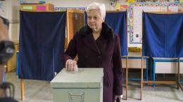 """Στο 6ο Δημοτικό Σχολείο Αγίου Νικολάου άσκησε το εκλογικό της δικαίωμα η Πρόεδρος της """"Αλληλεγγύης"""", Ελένη Θεοχάρους. ΚΥΠΕ - ΣΤΑΥΡΟΣ ΚΟΝΙΩΤΗΣ"""