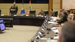 Ο Έλληνας Αρχηγός ΓΕΣ κατά τη διάρκεια ομιλίας του σε στελέχη των ΕΕΔ. Φωτογραφία, Γραφείο Τύπου ΓΕΣ
