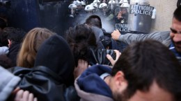 Ένταση μεταξύ αστυνομικών και διαδηλωτών κατά την διάρκεια πλειστηριασμών έξω από συμβολαιογραφικό γραφείο , Τετάρτη 21 Μαρτίου 2018. ΑΠΕ-ΜΠΕ, ΟΡΕΣΤΗΣ ΠΑΝΑΓΙΩΤΟΥ