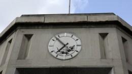 File Photo: Το ρολόι τοίχου διακοσμεί την είσοδο ενός κτιρίου το οποίο παλιά, φιλοξενούσε μια τράπεζα κι ένα ταχυδρομείο, στη βορειοδυτική γωνία της Sixth Avenue και του 14th Street, στο Greenwich Village. EPA, JASON SZENES