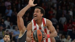 FILE PHOTO: Brian Roberts (C) of Olympiacos Piraeus in action during the Euroleague basketball match. EPA, TIMM SCHAMBERGER
