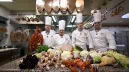 "File Photo: Οι σεφ που μετέχουν στην πρωτοβουλία αυτή προτρέπονται να εντάξουν στα μενού τους ένα πιάτο εμπνευσμένο από την κουζίνα του Πολ Μποκίς, ως φόρο τιμής στον ""πάπα της γαστρονομίας"" που πέθανε τον Ιανουάριο. EPA, IAN LANGSDON"