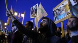 Διαδηλωτές κρατώντας σημαίες και πλακάτ σε συγκέντρωση διαμαρτυρίας στα Προπύλαια και πορεία προς την τουρκική πρεσβεία, που διοργάνωσαν η Λαϊκή Ενότητα μαζί με οργανώσεις Κυπρίων στην Ελλάδα και Κούρδων που ζουν στη χώρα, σε ένδειξη αλληλεγγύης προς την Αφρίν, Τρίτη 20 Μαρτίου 2018. ΟΡΕΣΤΗΣ ΠΑΝΑΓΙΩΤΟΥ