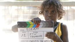 """Η """"συμμορία"""" των 11θα αναμετρηθεί σε έναν ποδοσφαιρικό αγώνα με έντεκα προσφυγόπουλα, επιδιώκοντας όλοι μαζί να σκοράρουν και να """"διαλύσουν"""" τη ξενοφοβία και τον ρατσισμό. Photo """"Eleven Campaign"""""""