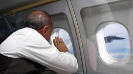 Ο πρόεδρος της Τουρκίας Ταγίπ Ερντογάν χαιρετά τον πιλότο του πολεμικού αεροσκάφους που συνοδεύει το προεδρικό αεροπλάνο του. Φωτογραφία ΤΟΥΡΚΙΚΗ ΠΡΟΕΔΡΙΑ