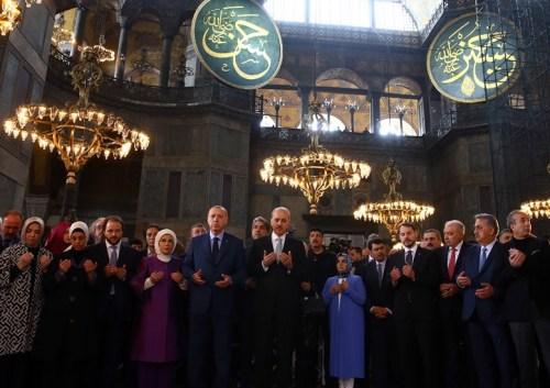 Ο Ερντογάν με τη σύζυγό του και μέλη της κυβέρνησης προσεύχεται προκλητικά μέσα στην Αγία Σοφία