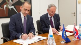 Ο Υπουργός Οικονομικών κ. Χάρης Γεωργιάδης, εκ μέρους της Κυπριακής Δημοκρατίας και ο Βρετανός Ύπατος Αρμοστής στην Κύπρο κ. Matthew Kidd, εκ μέρους του Ηνωμένου Βασιλείου, υπογράφουν επικαιροποιημένη Σύμβαση για την Εξάλειψη της Διπλής Φορολογίας, Λευκωσία 22 Μαρτίου 2018. ΓΤΠ, ΣΤ.ΙΩΑΝΝΙΔΗΣ