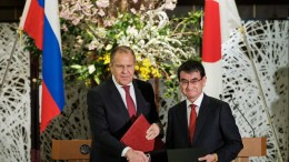Japan's Foreign Affairs Minister Taro Kono (R) and Russian Foreign Affairs Minister Sergei Lavrov (L) shake hands after signing documents during their meeting at the Iikura House in Tokyo, Japan, 21 March 2018. EPA, NICOLAS DATICHE, POOL