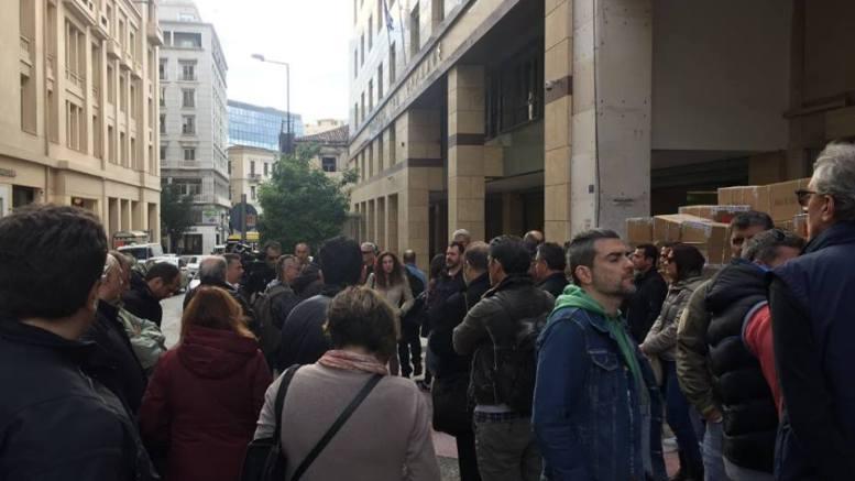 Από την συγκέντρωση των εργαζομένων του MEGA έξω από το ΕΣΡ. Fhoto: HellasJournal.com  by MIgnatiou.com