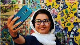 Η Ιρανή ηθοποιός Αναχίτα Χενματί πόσταρε μια σέλφι, στην οποία χαμογελά και τη συνόδευσε με το hashtag στα φαρσί, όπως είναι η γλώσσα της. Photo @amna_news